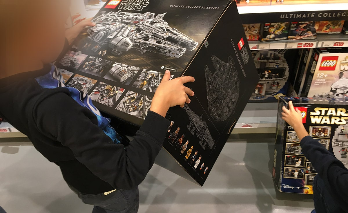 Junge mit UCS Millennium Falcon Karton