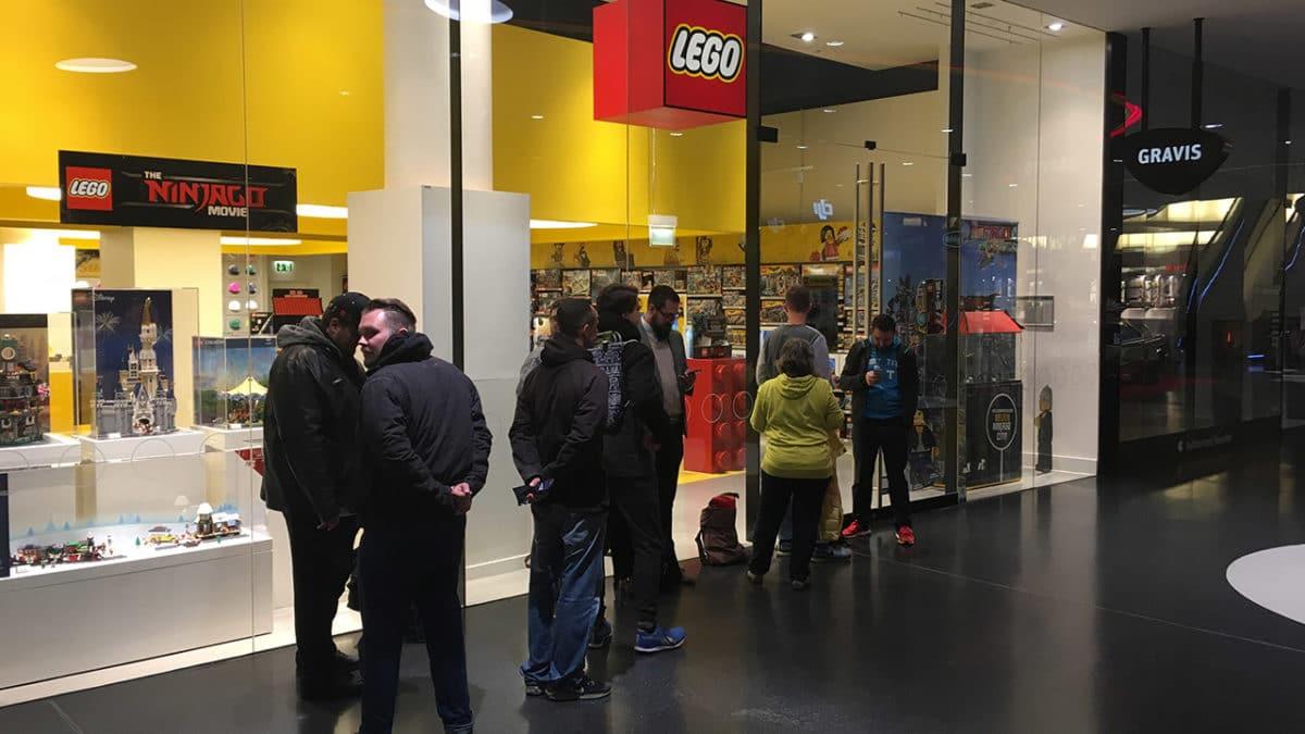 LEGO Store UCS Millennium Falcon Schlange
