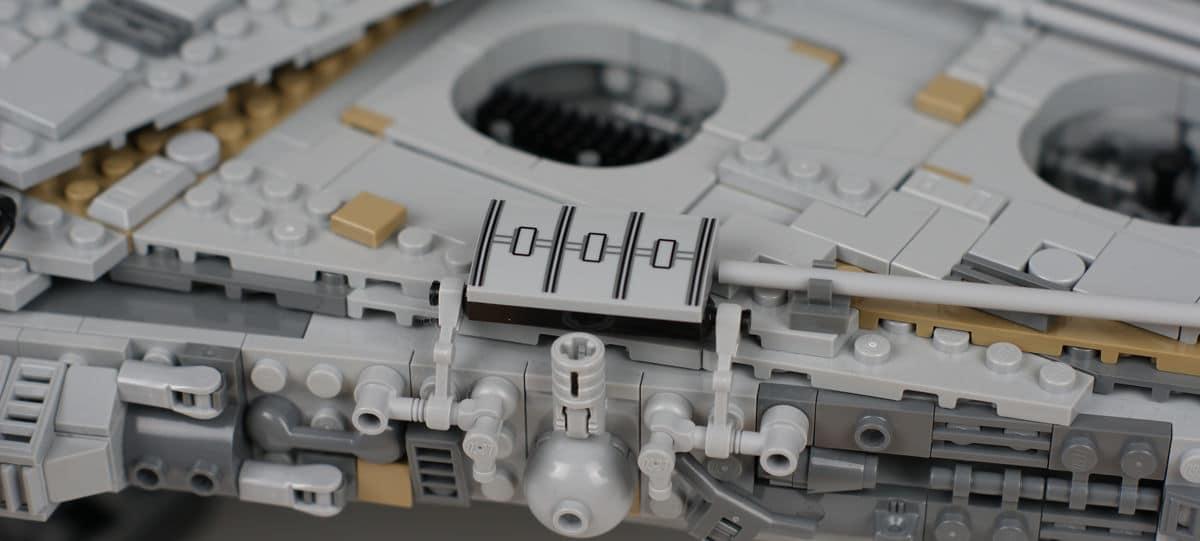Bedrucktes Element an der Seite des UCS Millennium Falcon