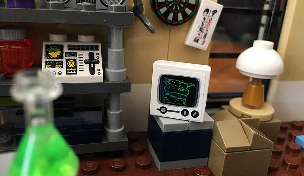 Ein schiefer Aufkleber im LEGO Ghostbuster Feuerwehr Hauptquartier