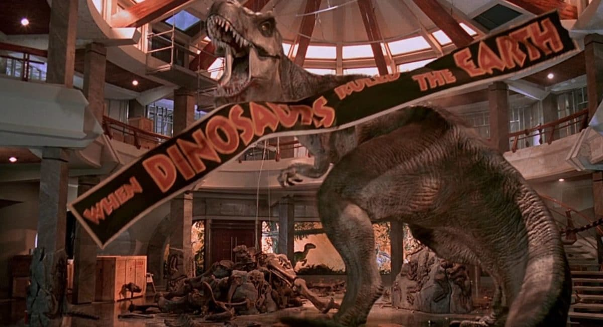 Screenshot aus dem Jurassic Park Film: T-Rex mit fallendem Banner