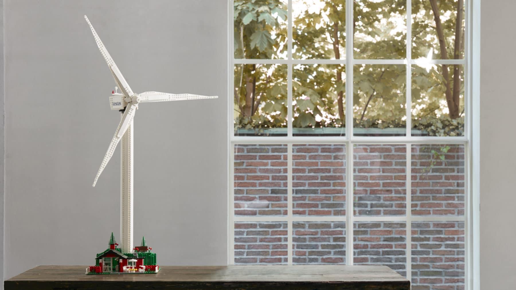 LEGO 10268 Vestas Windkraftanlage auf Tisch