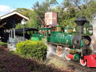 Ein Zug der World Disney World Railroad