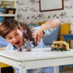 Kind spielt mit LEGO Harry Potter 75946 Ungarischer Hornschwanz