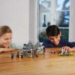 Kinder spielen mit LEGO 75947 Hagrids Hütte: Seidenschnabels Rettung