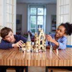 Kinder spielen mit LEGO Harry Potter 75948 Hogwarts Glockenturm