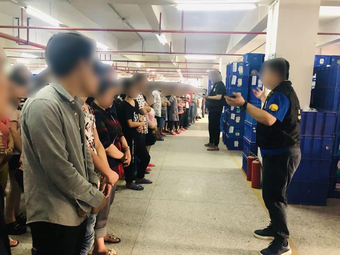 Mitarbeiter und Polizisten bei Razzia bei LEPIN in Shanghai