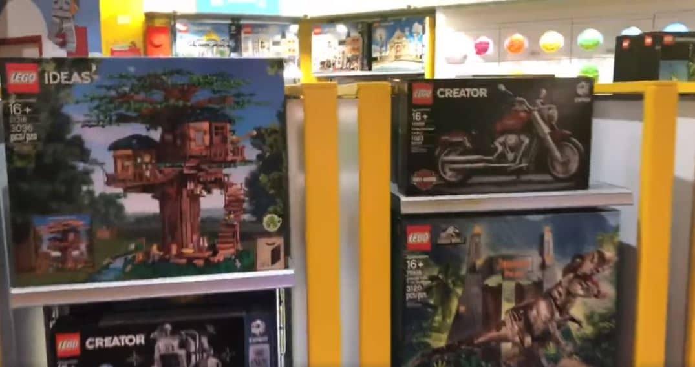 LEGO 21318 und 10269 im Regal