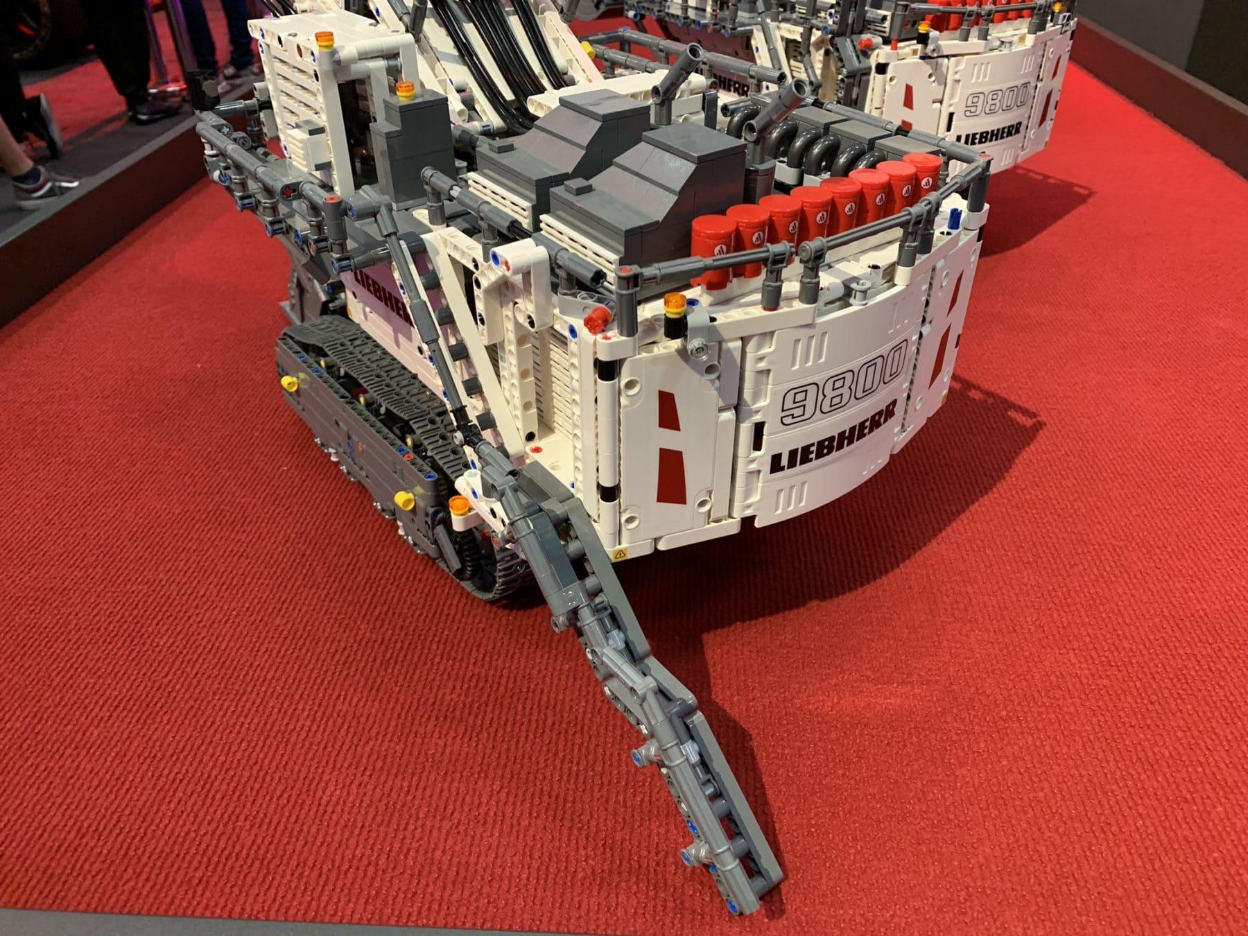 Der Aufgang des LEGO Technic Liebherr R9800