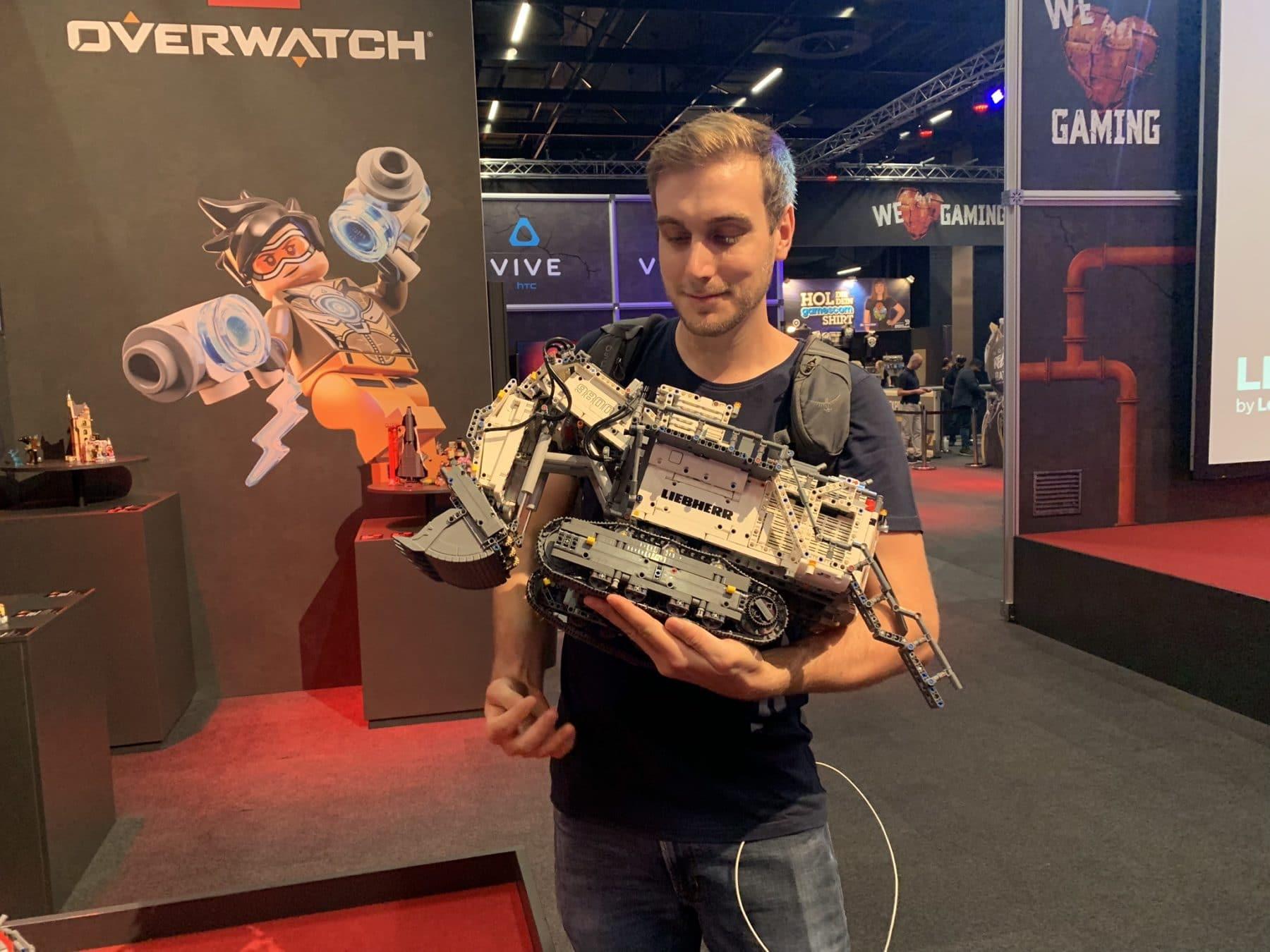 Lukas mit LEGO Technic 42100 Liebherr R9800 auf dem Arm