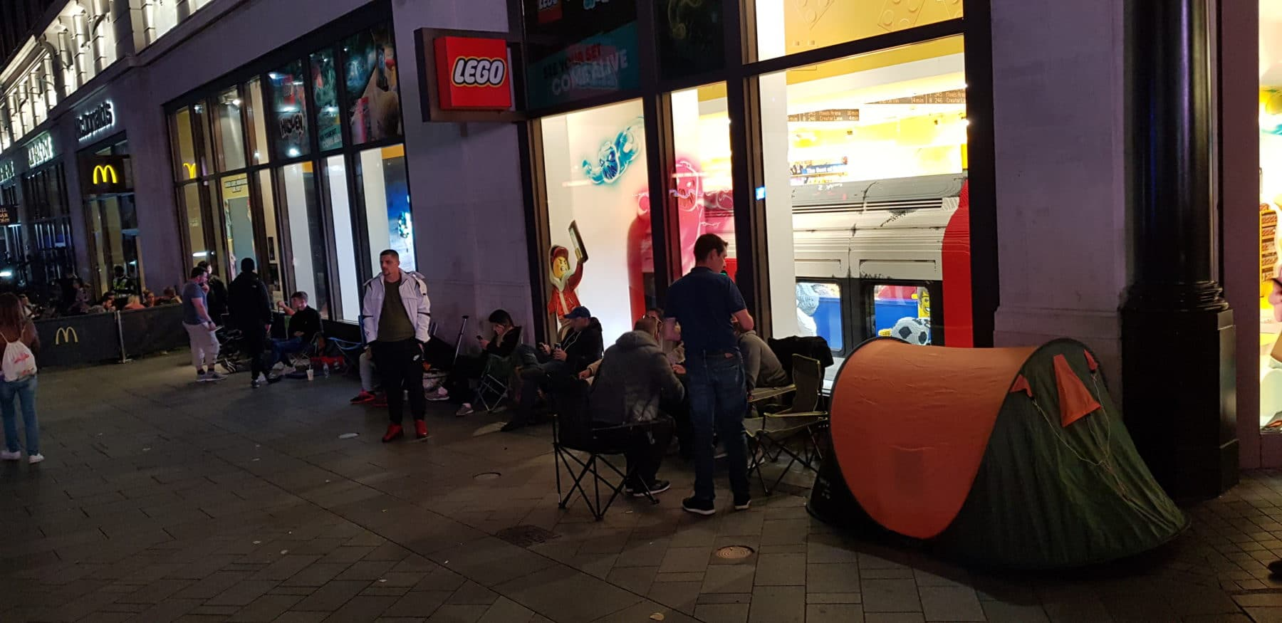 LEGO 75252 Signing Event London Anstehen in der Schlange