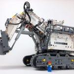 LEGO Technic 42100 Liebherr R 9800: Größenvergleich mit Minifigur