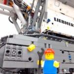 LEGO Technic 42100 Liebherr R 9800: Minifigur vor Bagger