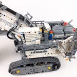 LEGO Technic 42100 Liebherr R 9800: Suchbild mit Minifigur