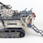 LEGO Technic 42100 Liebherr R 9800: Minifigur auf halber Höhe