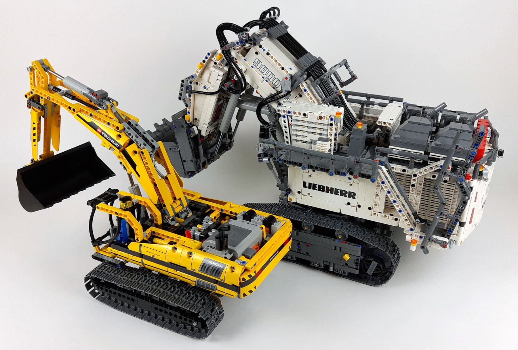 LEGO Technic 42100: Liebherr R 9800 im Größenvergleich mit LEGO 8043