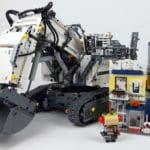 LEGO Technic 42100 Liebherr: Größenvergleich mit Stadthaus