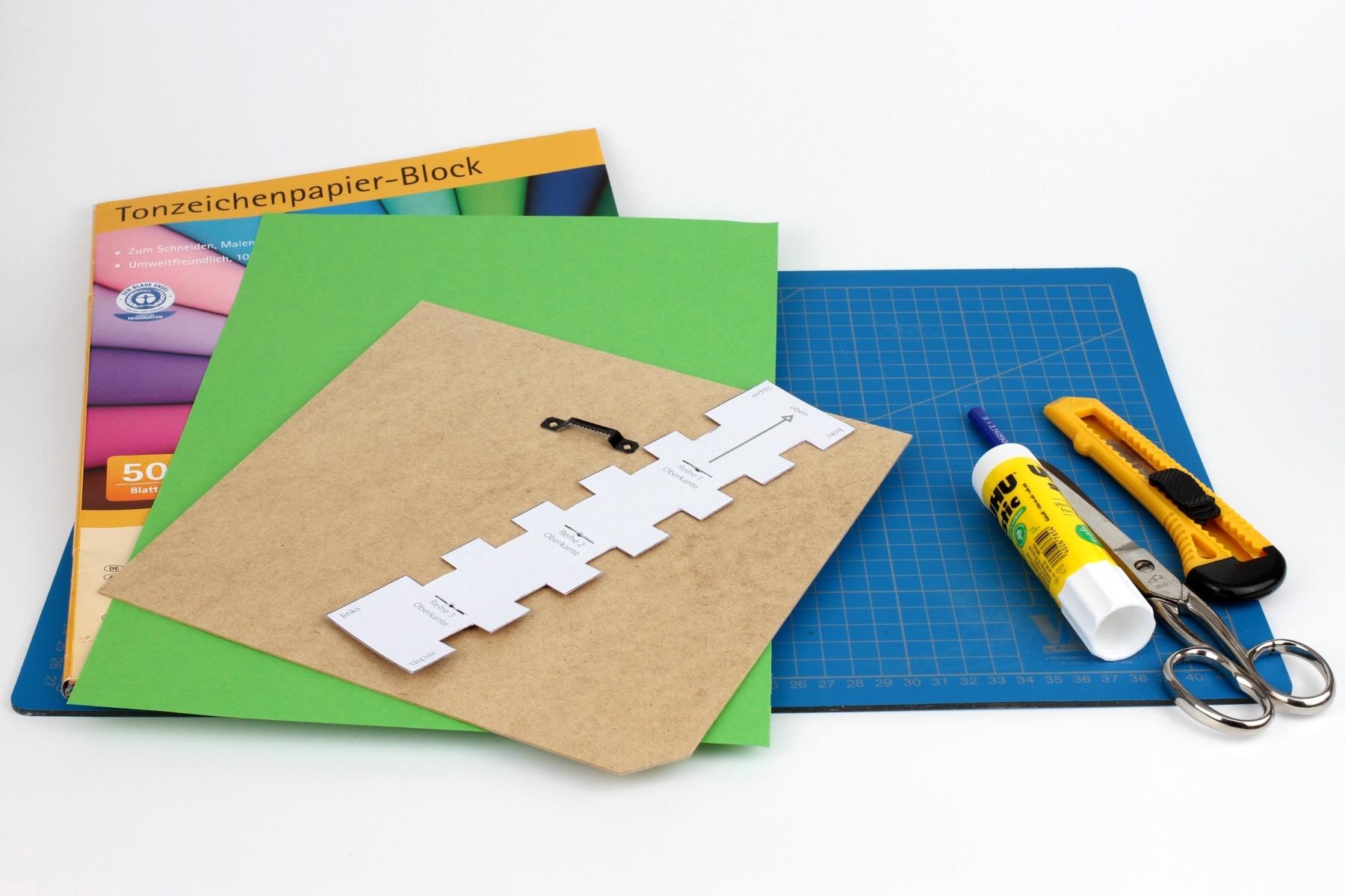 Tonpapier mit 135 g /qm und ein relativ trockener Kleber eignen sich gut, da so das Papier beim Aufkleben nicht wellig wird.