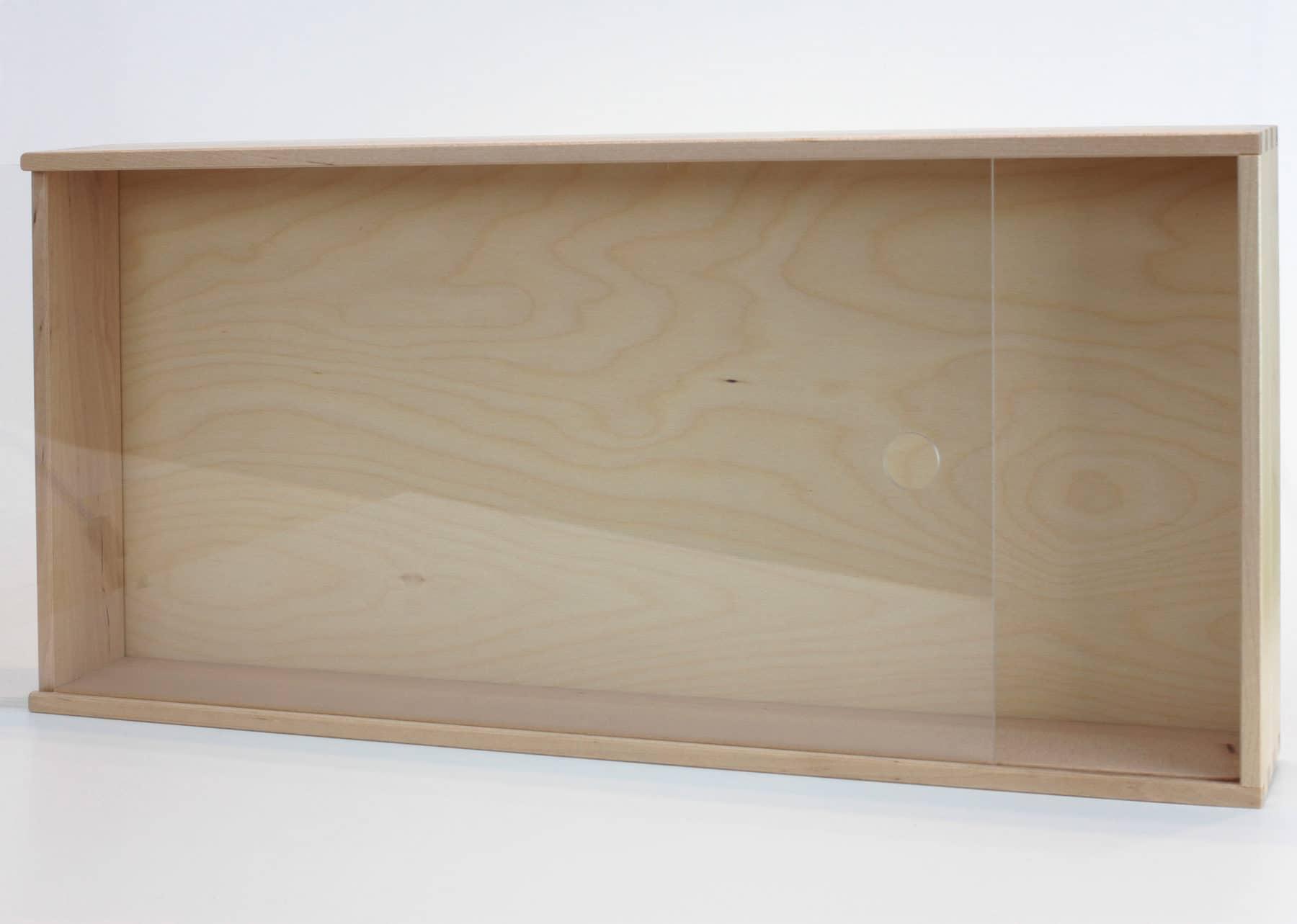 Der SAMMANHANG Schaukasten hat keine vormontierte Aufhängung, kann aber auch stehend verwendet werden.