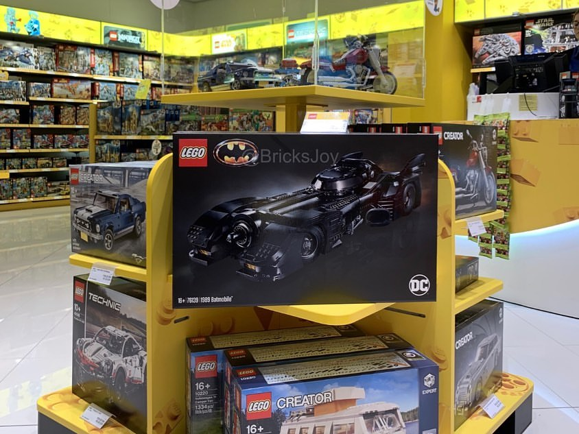 LEGO 76139 Batmobil 1989 im Regal im LEGO Store Billund Airport