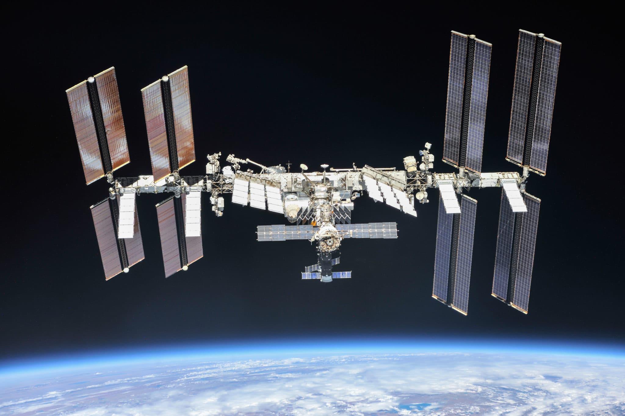 ISS von Bord einer Sojus Kapsel nach deren Abdocken (Quelle: NASA/Roskosmos)