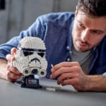 LEGO Star Wars 75276 Stormtrooper Helm wird aufgebaut von Mann