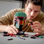 LEGO Star Wars 75277 Boba Fett Helm wird gebaut von Mann