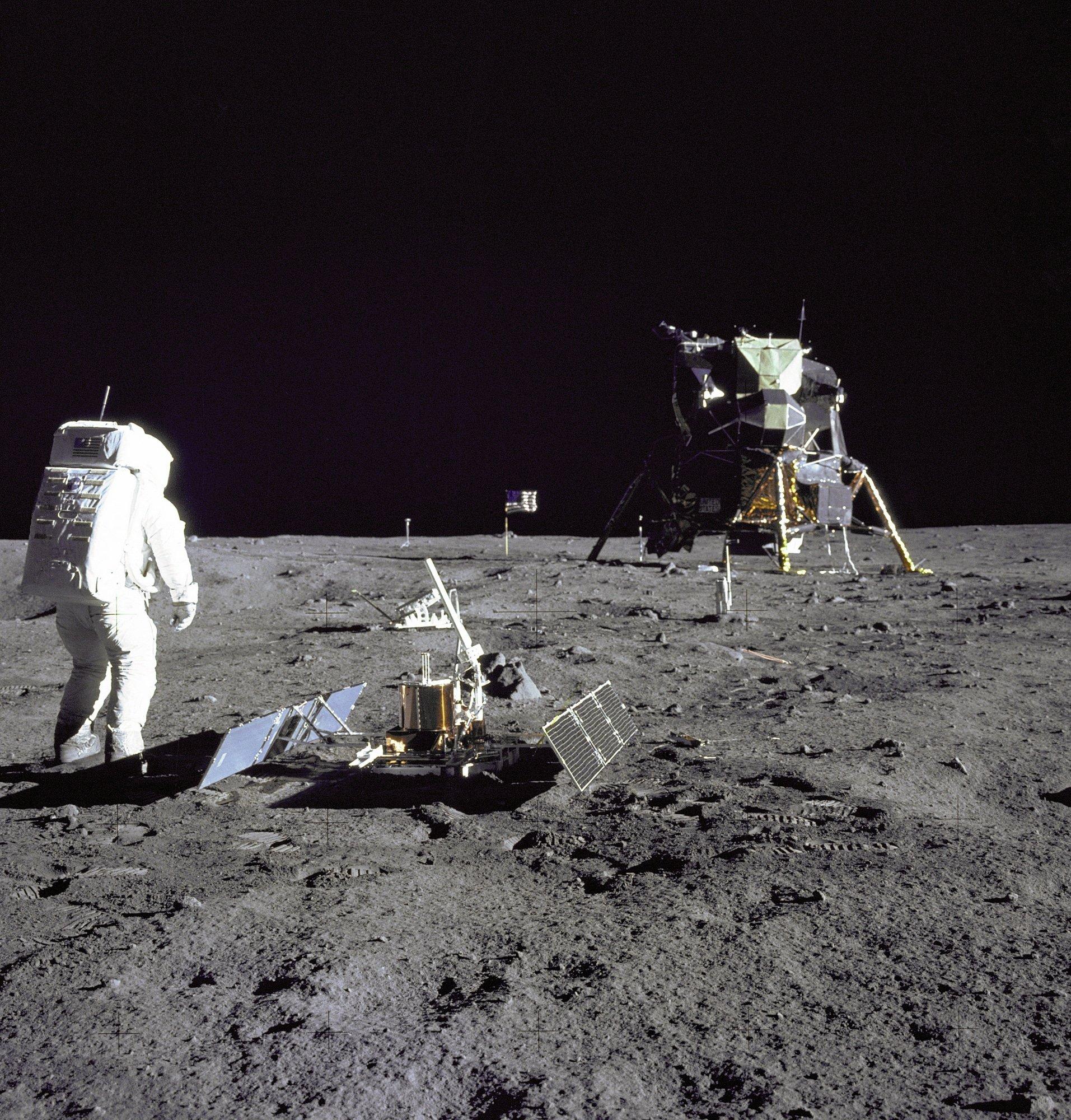 Aldrin vor einigen Experimenten und der Mondlandefähre Eagle