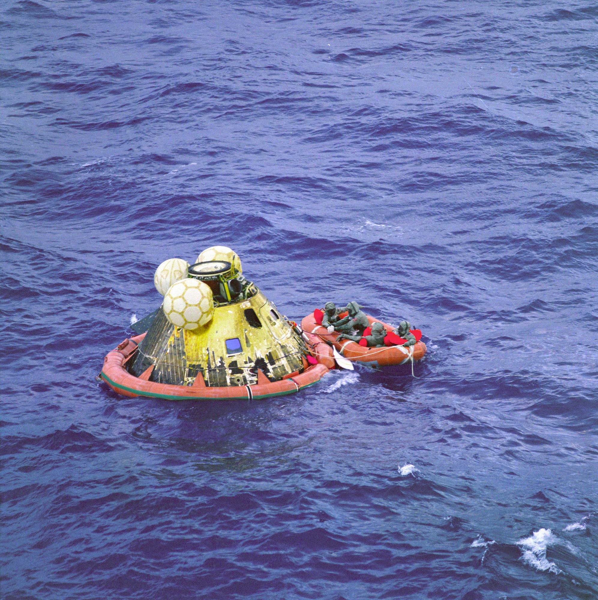 Das Kommandomodul nach der Wasserung im Pazifik