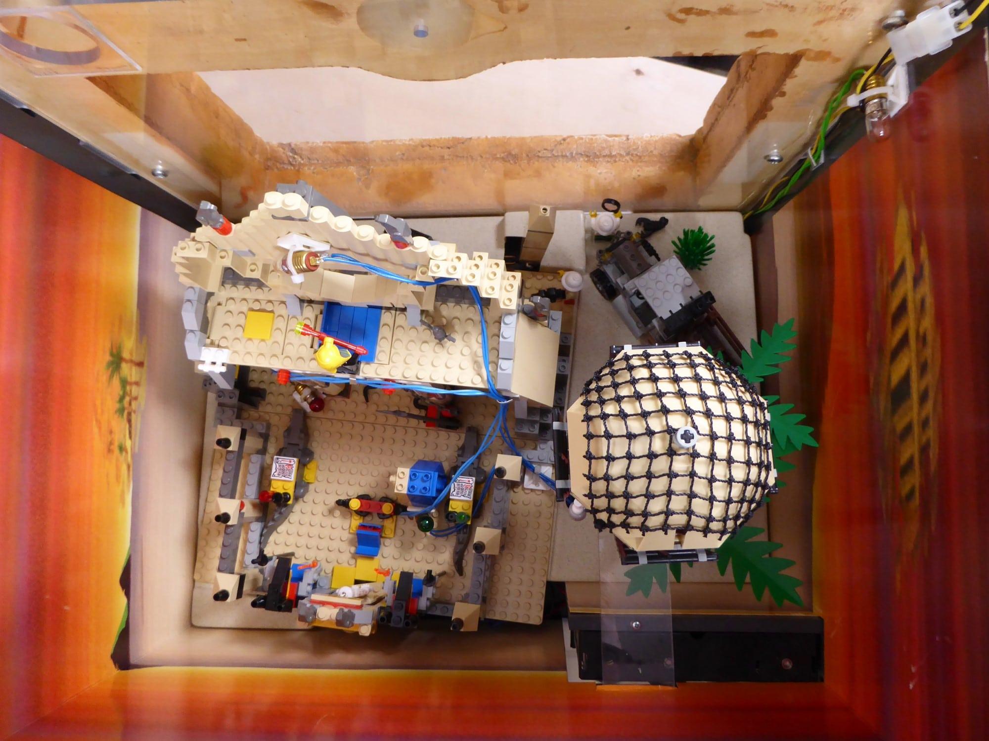 LEGO Adventurers Display Zusammenbau Blick Von Oben