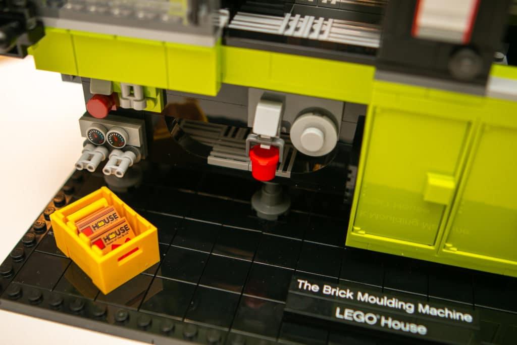 LEGO House 40502 Brick Moulding Machine (1)