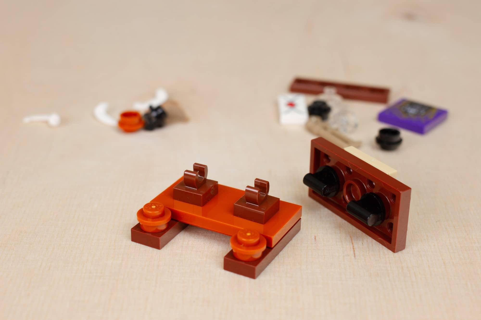 LEGO Harry Potter 30392 Hermines Schreibtisch 12