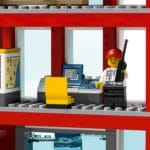 LEGO City 77944 Feuerwehrzentrale 9